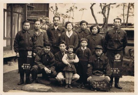 梶田家の庭にて(左上から3番目 11代 辰次郎)